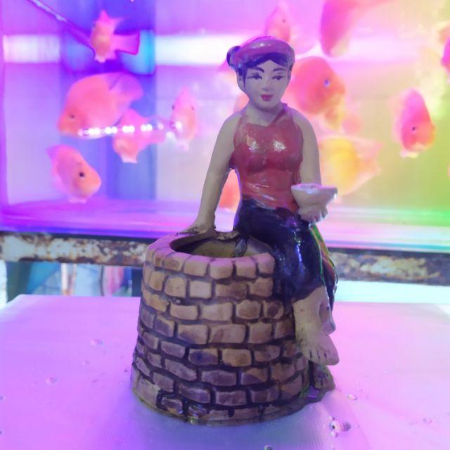 Cô Tấm ngồi bên giếng cho Bống ăn. Cao 14cm, ngang 8cm