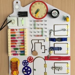 Busy board hay bảng bận rộn cho trẻ