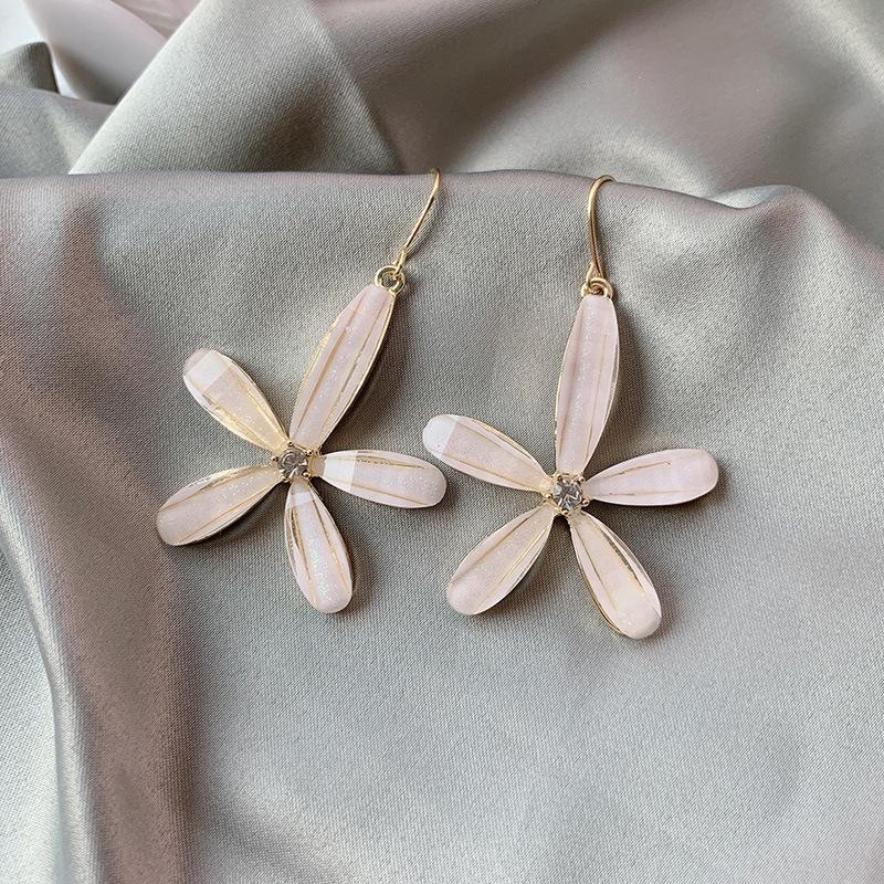 ต่างหูดอกไม้สีขาวสวย