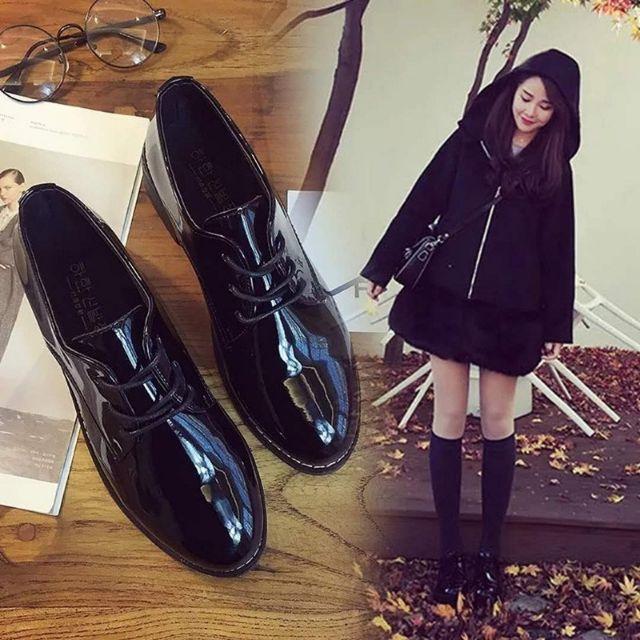 Giày nữ mũi tròn màu đen bóng thanh lịch