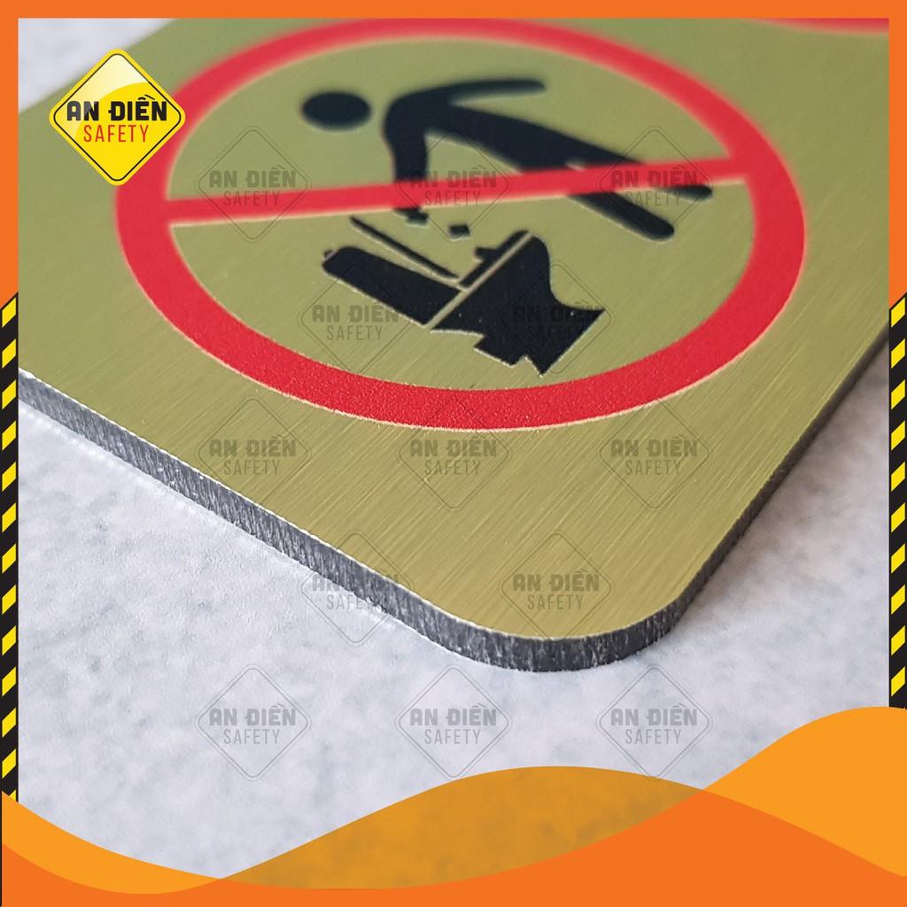 Biển báo An Điền Safety - Biển báo Cấm trong phòng vệ sinh, bề mặt hợp kim ánh vàng óng ánh sang trọng
