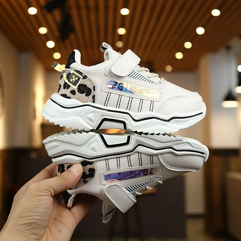 Giày thể thao trắng phong cách Hàn Quốc năng động dành cho các bé - 21958660 , 2798392142 , 322_2798392142 , 331200 , Giay-the-thao-trang-phong-cach-Han-Quoc-nang-dong-danh-cho-cac-be-322_2798392142 , shopee.vn , Giày thể thao trắng phong cách Hàn Quốc năng động dành cho các bé