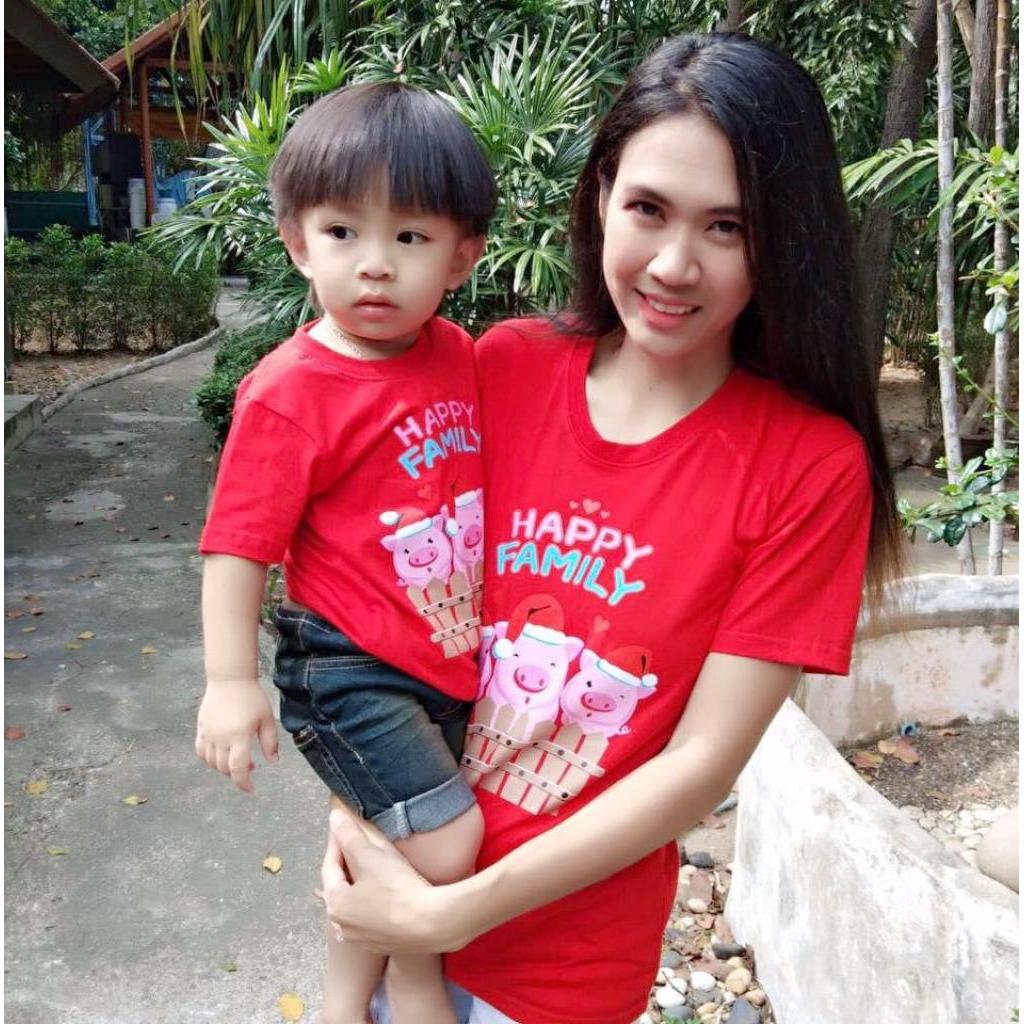 เสื้อแดงตรุษจีน เสื้อครอบครัว เสื้อทีม เสื้อยืด ลายหมู Happy Family เสื้อเด็ก130 บาท ผู้ใหญ่ S M L XL 180 XXL 200 บสื้อแ