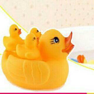 Vịt thả bồn tắm cho bé