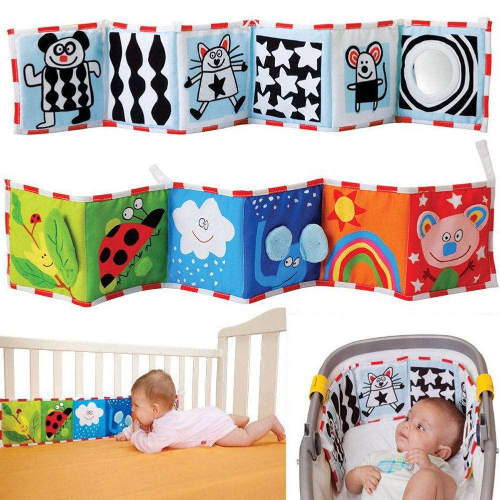 Sách vải đồ chơi trang trí quanh giường nôi của bé